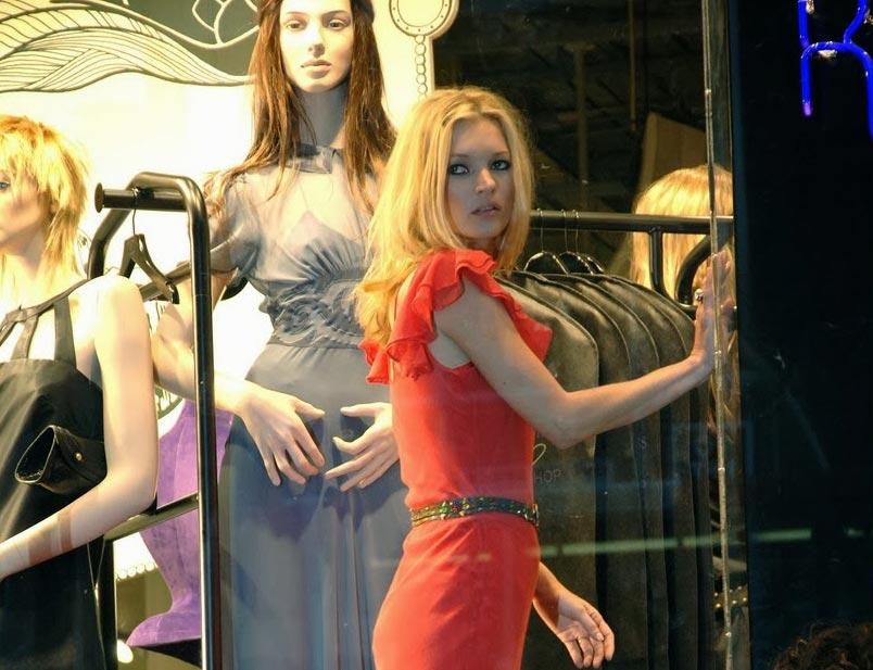 کیت ماس در ویترین مغازه Top Shop با لباس قرمز مجموعه خودش سال 2007