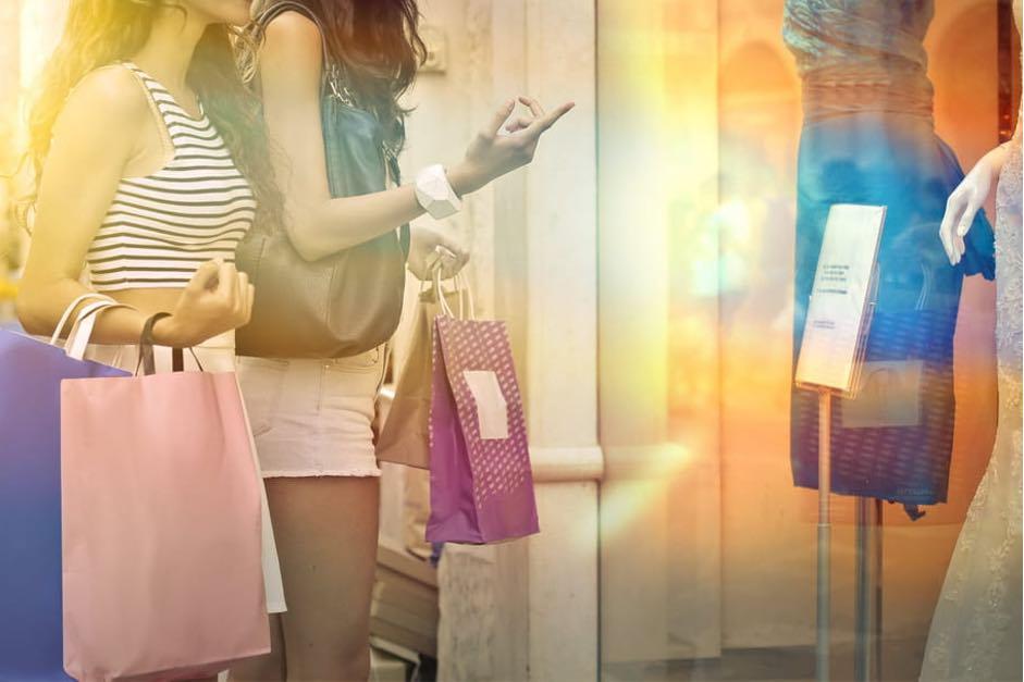 بعضی از برندها که از حراج سنتی امتناع میورزند، هنوز روشهایی را به مشتریان خود ارائه میدهند تا ضمن انجام کار خیر، محصول آنها را با قیمت پایین تری خریداری کنند.