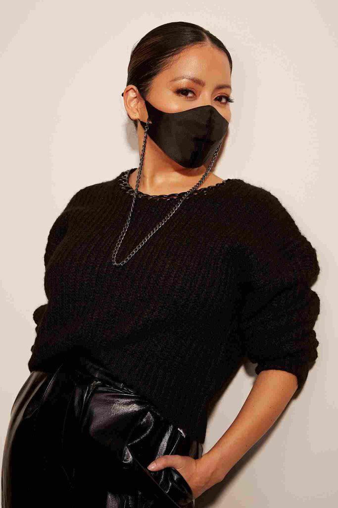 کارن پرز یکی از طرحهای کمپانیاش به نام سکند ویند را به ماسک خود آویخته است.
