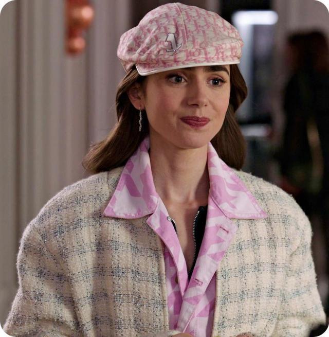"""آیا مجموعه """"اِمیلی در پاریس""""  نیز از دلایل بازگشت کلاه گاوروش است؟"""